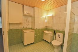 Kylpyhuoneen vasen puoli