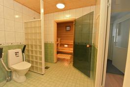 Sauna luontevasti suihkun vieressä
