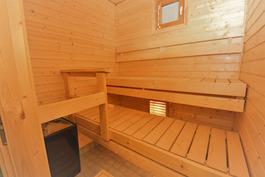 Tilava ikkunallinen sauna on lähes käyttämätön