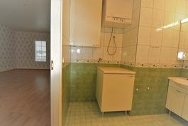 Kylpyhuone wc -saunaosasto  on eteiskäytävän oikealla puolella