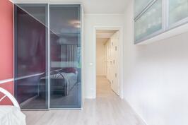 Pienemmissäkin makuuhuoneissa on liukuovikaapistot yhteisen vaatehuoneen lisäksi