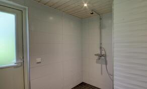 Pesuhuone on tyylikkäästi laatoitettu.