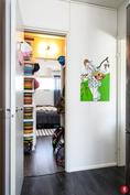 Keittiön ja makuuhuoneen välissä tilava sekä käytännöllinen vaatehuone/varasto.
