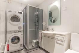 Kylpyhuone, jossa toinen wc-istuin