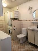 Erillisessä WC.ssä on tila kodinhoidolle
