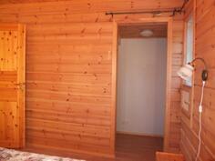 Makuuhuoneen 1 yhteydessä on vaatehuone