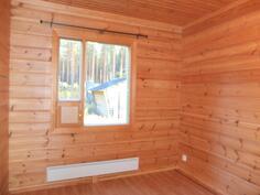 Makuuhuone 2. on 7,6 m2. Makuuhuoneissa on patteri ja lattialämmitys