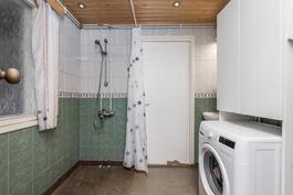 Kylpyhuoneessa on tilaa pyykkihuollolle.