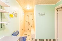 Kellarin kylpyhuoneesa