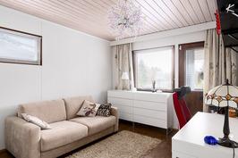 Toisesta yläkerran makuuhuoneesta on käynti aurinkoiselle parvekkeelle.