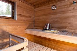Saunan lauteet tervaleppää ja panelit lämpökäsiteltyä haapaa.