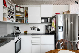 Tyylikäs uusittu keittiö jossa kivitasot.