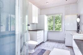 Yläkerran suihkullinen wc