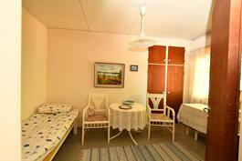Toinen pienemmistä makuuhuoneista
