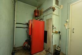 Talossa öljykeskuslämmitys-kattilahuone