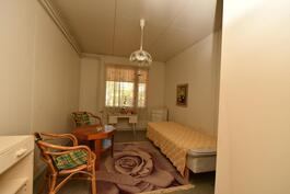 Talossa yhteensä 4 makuuhuonetta-tässä yksi pienemmistä