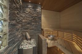 Sauna lämpiää puukiukaalla