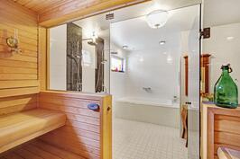Laadukas spa-osasto, jossa sauna, amme, tuplasadettimet, tv-optio...