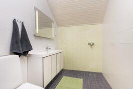 yläkerran wc, mahdollisuus asentaa suihku/amme