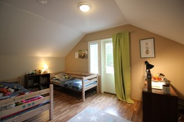 Yläkerran makuuhuone 3 ovelta