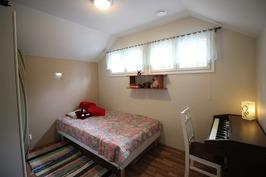 Yläkerran makuuhuone 4 ovelta
