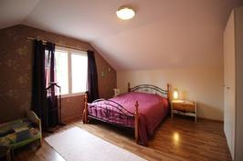 Yläkerran makuuhuone 5 ovelta