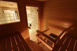 Saunassa ikkuna ulos ja kylpyhuoneeseen