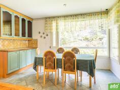 Isompi huoneisto ruokailutila keittiössä