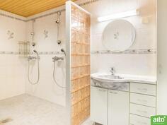 isompi huoneisto suihkutila saunan yhteydessä