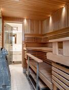 Ikkunallinen sauna, jonne käynti molemmista kylpyhuoneista.