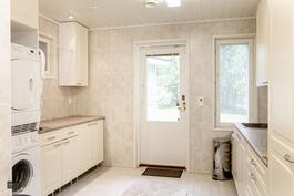Kodinhoitohuone, pesukone ja rumpukuivain kuuluu kauppaan.