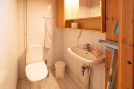 Toinen wc kylpyhuoneen yhteydessä