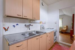 Yläkerran keittiö.