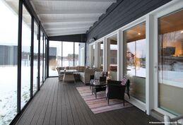 Iso lasitettu terassi, jonka kautta kulku saunatupaan ja puusaunaan.