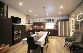 Keittiö on Puustellin moderni-keittiö, jossa ergonomia on hyvin huomioitu ja tasokkaat sisustat.