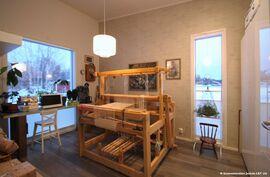 2.makuuhuoneessa lattiaan saakka ikkunat 2 ilman suuntaan, valoa riittää väävipuillakin puuhasteluun