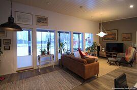 Olohuoneen jatkeena aukeaa iso katettu lasitettu terassi.