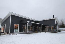 Modernin talon sisäpiha ja siivekkeessä saunatupa, puusauna ja kylpyhuone