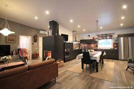 Olohuone ruokailutila ja keittiön on isoa yhtenäistä korkeaa tilaa.