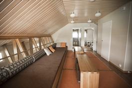 Yläkerran tilava aula