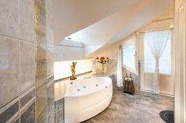 Kylpyhuone yläkerrassa