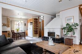 Alakerran yhteistä tilaa, olohuone/keittiö.