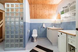 Yläkerran tilava kylpyhuone.