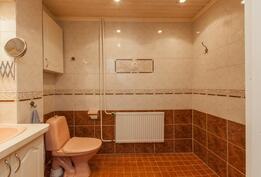 Yläkerran wc:ssä on tilaa.