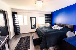 Muutostyönä tehty makuuhone+vaatehuone kahdesta makuuhuoneesta. Halutessaan mahdollista tehdä kahdeksi makuuhuoneeksi.