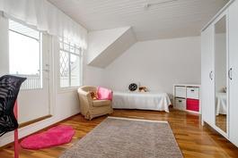 Makuuhuone ja käynti parvekkeelle (isompi talo)