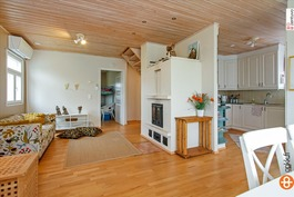 Olohuone ja keittiö (pienempi talo)