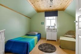 Makuuhuone 2 (pienempi talo)