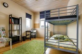 Makuuhuone 1 (pienempi talo)