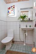 Erillinen wc (pienempi talo)